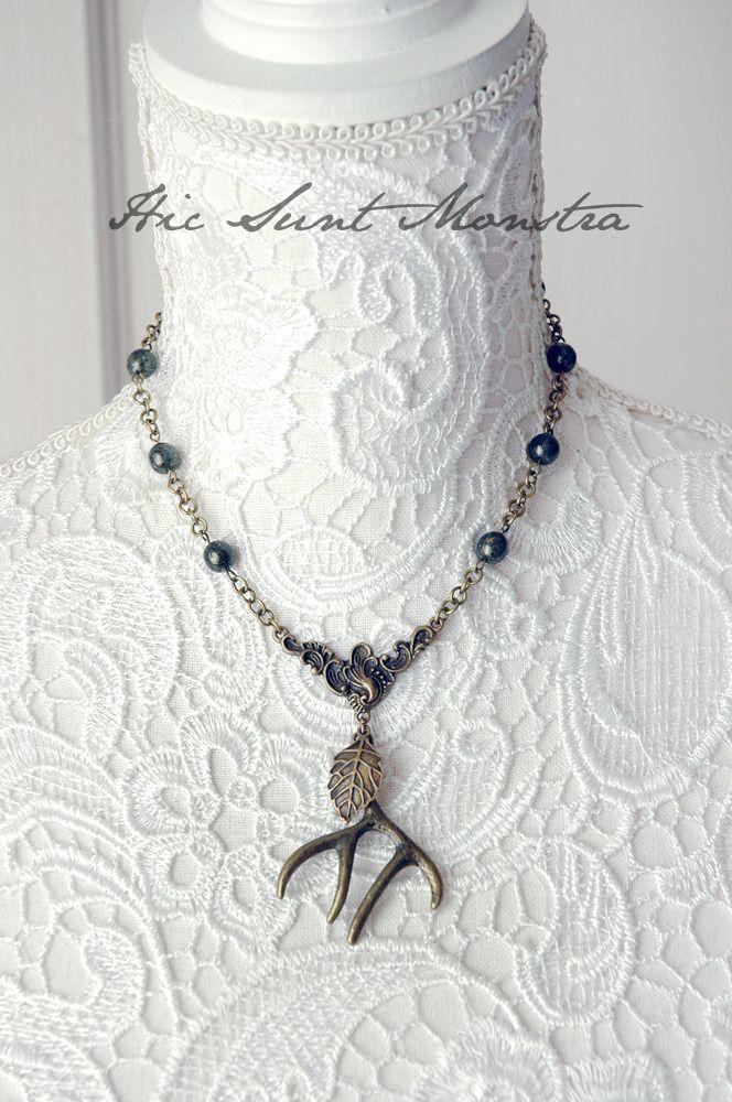 Call of the Wild - semplice collana tribale pagan boho con corna di cervo, foglia e cristalli : Collane di hic-sunt-monstra