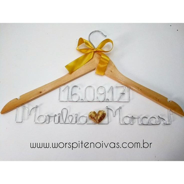 Cabide da noiva Marileia 💛  Compre o seu CABIDE COM DESCONTO Aqui: www.worspitenoivas.com.br 👉 Categoria Cabides Personalizados .