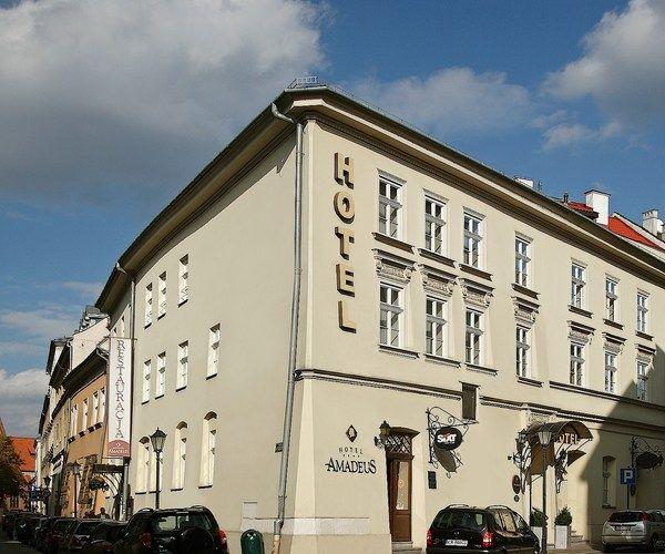 """Добро пожаловать в Краков, где каждая улица, каждый дом рассказывает свою многовековую историю. Приглашаем приехать в город бурлящий жизнью, который также является научным и культурным центром. Остановитесь в отеле, где можно погрузиться в атмосферу тепла, уюта, расслабления.. Гостиница Amadeus – это неповторимое место ...  Гостиница """" Amadeus"""" была открыта в июне 2000 года. Отель находится недалеко от рыночной площади, на улице Миколайска 20 (Mikolajska20). Здание построенное в 16 столетии"""