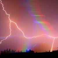 Lunar Halos, Septuple Rainbows and Iridescent Heat: Incredible Optics Photos