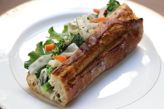 bardane et konnyaku sauce au sésame en casse-croûte. burdock and konnyaku sesame sauce sandwich.