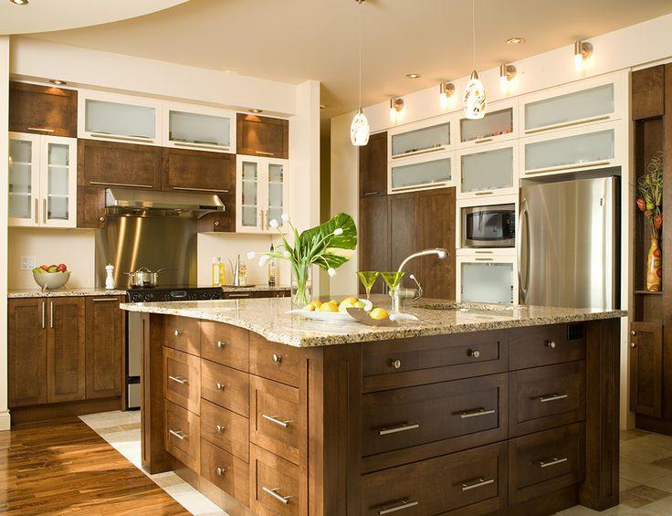 Armoires de cuisine contemporaine deux tons. Îlot et armoires réalisés en merisier teint. Comptoir en granit.