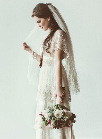 生成りの優しい白が印象的な、アンティークレースを使ったドレス。アクセや小物使いで自分らしい個性を発揮して。