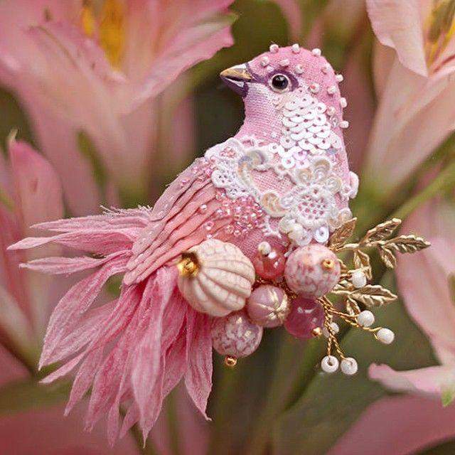 Доброе утро всем! И тем кто недавно прибыл и тем кто давно  Легкого понедельника вам и удачного дня! #рукоделие #ручнаяработа #вышивка #брошь #птица #бисер #антикварныекружева #украшение #handmade #ooak #embroidery #embellishment #bird #brooch #antiquelace #текстильнаяброшь by fly_fenix