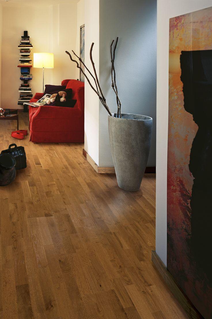 Parchetul din lemn de stejar Ember are nuanta intensa si vibranta a carbunilor incinsi. Aspectul sau rustic, cu noduri si fibre, este completat de nuanta calda si dominata de confort.