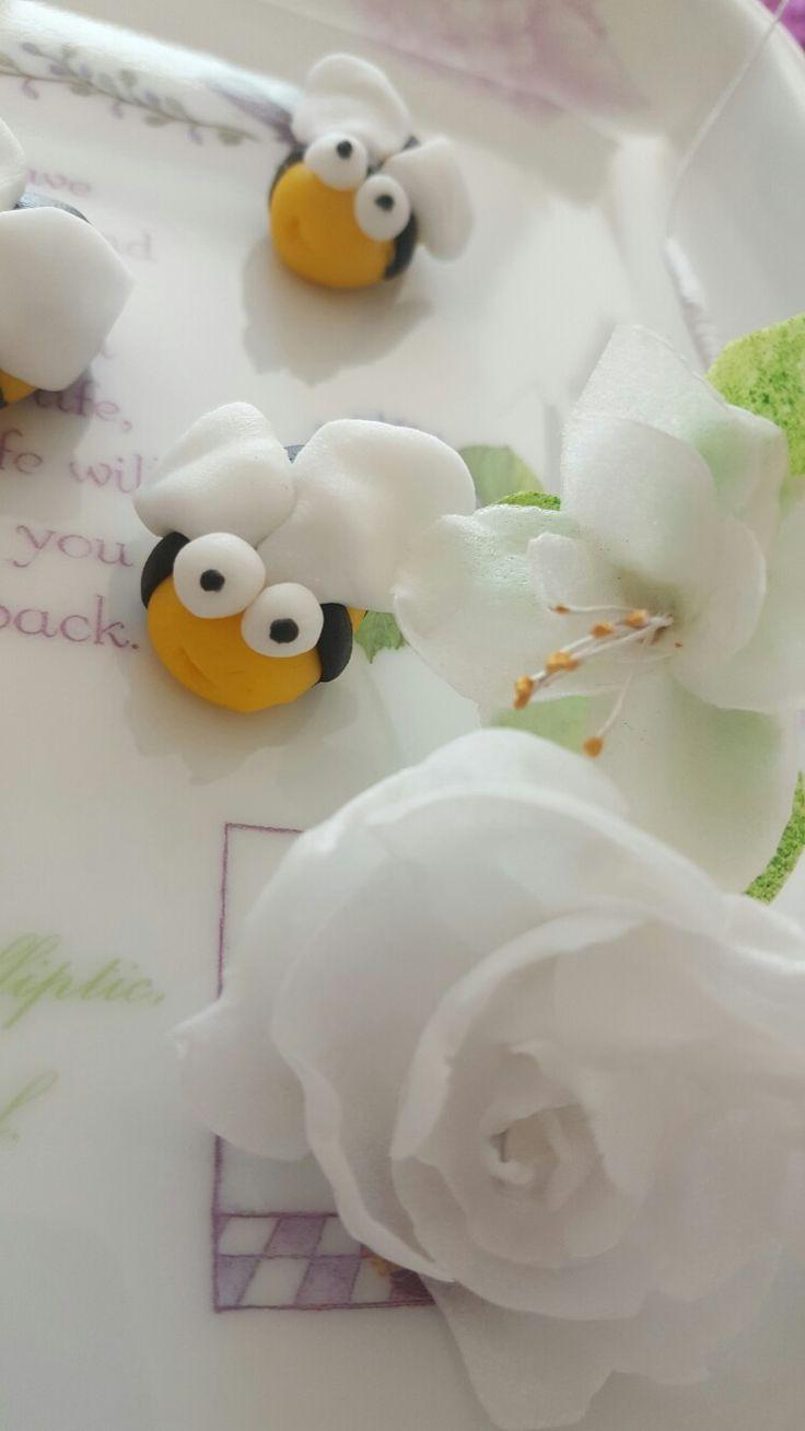 Wesołe pszczółki i kwiaty z papieru jadalnego