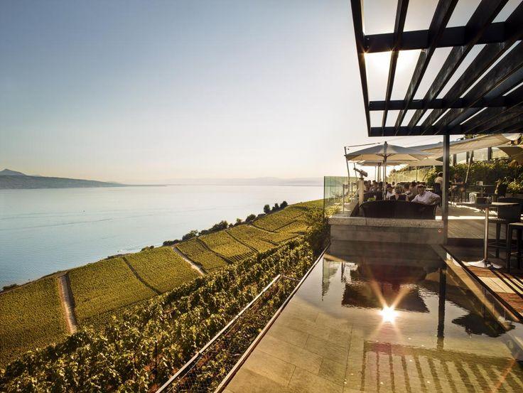 Weinberge und See: Als würde man über dem Genfersee schweben: Das Hotel Le Baron Tavernier liegt inmitten der Weinberge des Lavaux und bietet einen traumhaften Ausblick auf See und Berge. barontavernier.ch