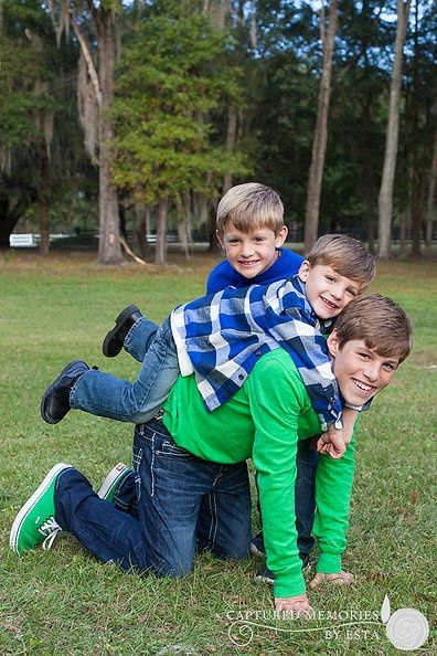 Family Pictures Idea Outdoors   CHILDREN 3 brothers family posing idea outdoors   Photography