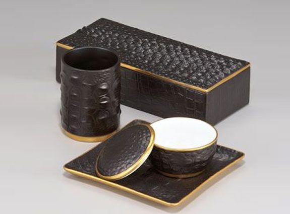 """l'Objet Crocodile tray.  Mooi en origineel plateautje afgewerkt als """"krokodillenhuid"""". Gemaakt van Limoges porselein met 24 karaat vergulde rand. Ook erg mooi op een mannenkantoor.  afmeting: 15x15 cm  http://www.bedazzle.nl/woonaccessoires-and-decoration/woonaccessoires-decorative-objects/lobjet-crocodile-square-tray#sthash.mWbubzvP.dpufl"""