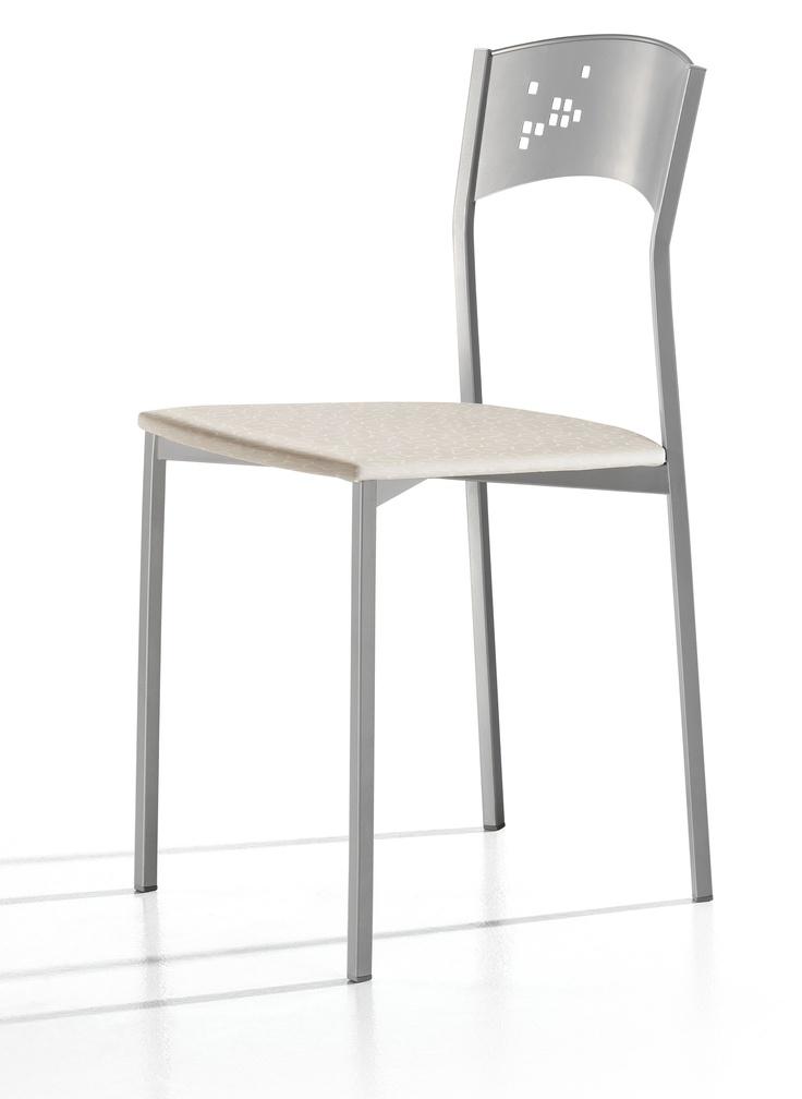 Silla 'Zeta' de forma clásica con líneas, estilo y color más actual. Estilizada y con personalidad.