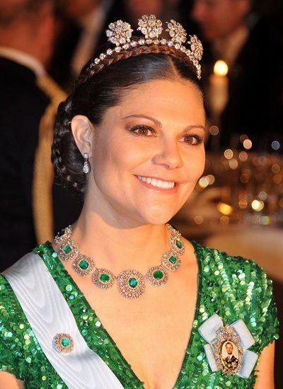 """Die """"Vier-Knopf""""-Tiara wird gern von den Schweden-Prinzessinnen getragen, hier trägt sie Prinzessin Victoria mit einer Extra-Reihe Diamanten. Dazu hat sie sich zum grünnen Pailletten-Kleid das Bernadotte Smaragd-Collier mit Brosche ausgesucht."""