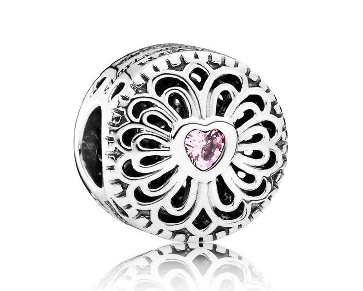 Pandora Bedel zilver 'Roze Hart' 791955PCZ. Een prachtige opengewerkte bedel met een elegante vormgeving en is aan beide zijden voorzien van een roze zirkonia in het model van een hartje. Een mooie bedel om te geven en ook om te krijgen. https://www.timefortrends.nl/sieraden/pandora/bedels.html
