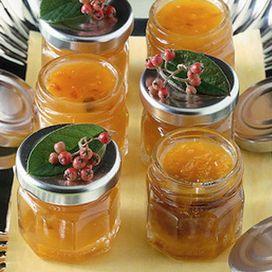 Ingredienti Dosi per 6 vasi di 250 gr: Un kg di mandarini - un kg di zucchero - 100 g di datteri freschi - 40 g di mandorle - una scorzetta di limone - 3 dl d