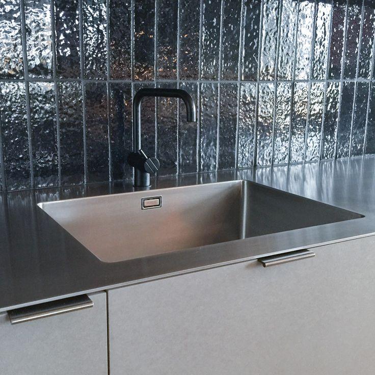 Tunn bänkskiva på endast 4 mm i kompakt rostfritt stål.Neonela Design
