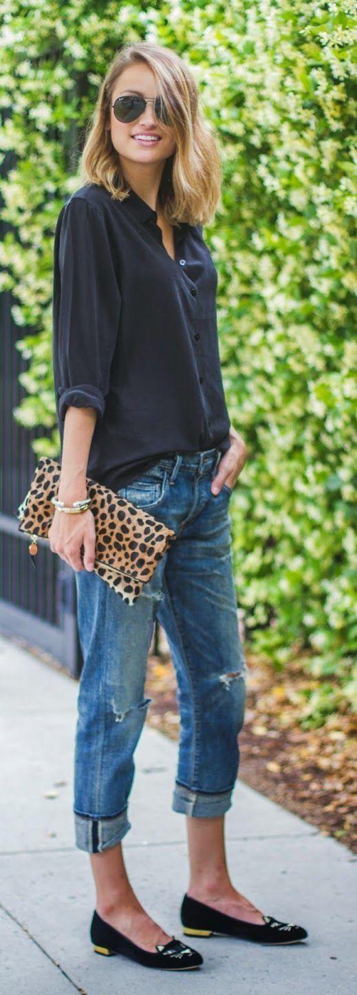 Street style Jeans und Bluse top. Leoprint-Tasche und diese Schuhe würde ich nicht tragen