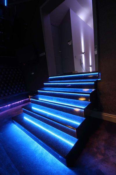 LED-nauhoilla voidaan luoda värikkäitä valaistusratkaisuja. Kuvassa sininen LED-nauha porrasvalaisimena.  http://www.valotorni.fi/category/32/led-varinauhat