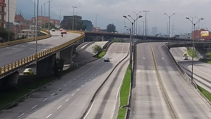 Tráfico vehicular sobre los puentes de la Autopista norte, el 31 de diciembre de 2017 en Bogotá.