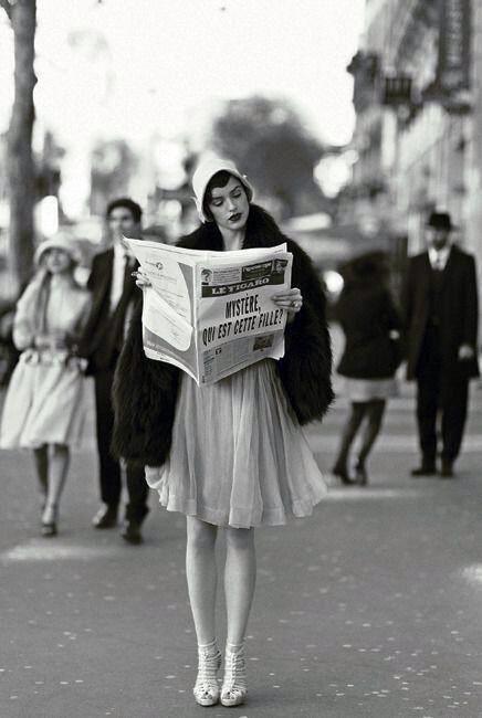 Paris, 1920s  Elle porte un manteau de fourrure et un chapeau mignon