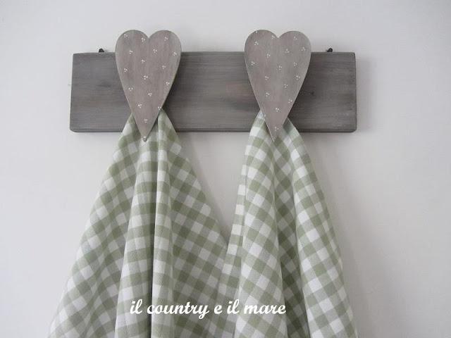 Moederdagcadeau: plankje en twee hartjes zagen. Plak de hartjes op een houten knijper en de knijpers op het plankje. AK