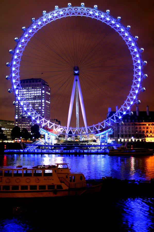 Inaugurada em 1999, a London Eye não é a maior do mundo, mas seus 135 metros de altura são os mais disputados em razão da vista panorâmica de Londres que ela proporciona. As 32 cabines levam até 15 mil visitantes por dia, e a volta completa dura meia hora.