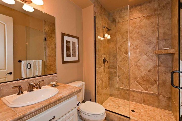 Современная 3/4 Ванная комната с простыми гранитными столешницами, поднятая панель, Daltile аспен 1525 12х12 области плитка, специальные двери