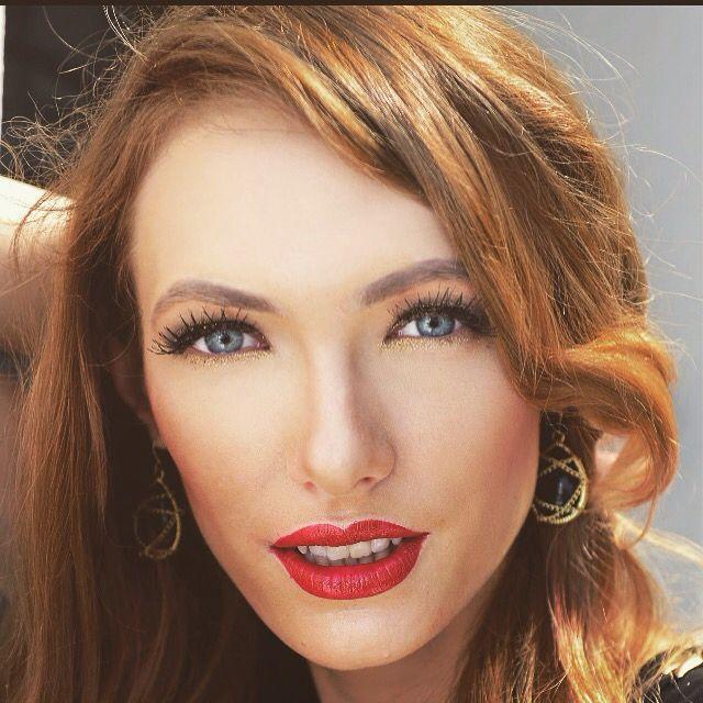 Gorgeous black and gold makeup #makeup #redlips #gold #goldmakeup #blonde