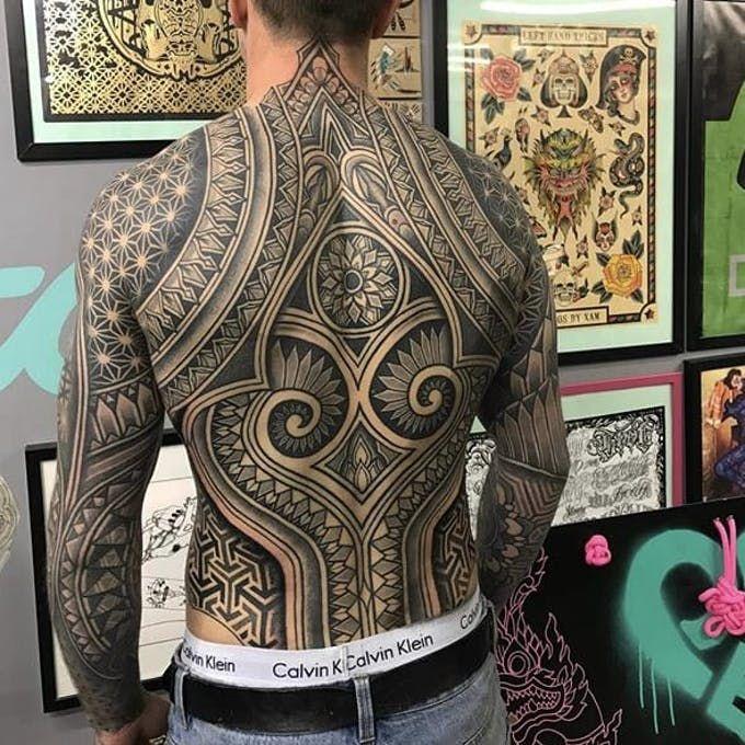 Brünette Amateur Rücken Tattoo