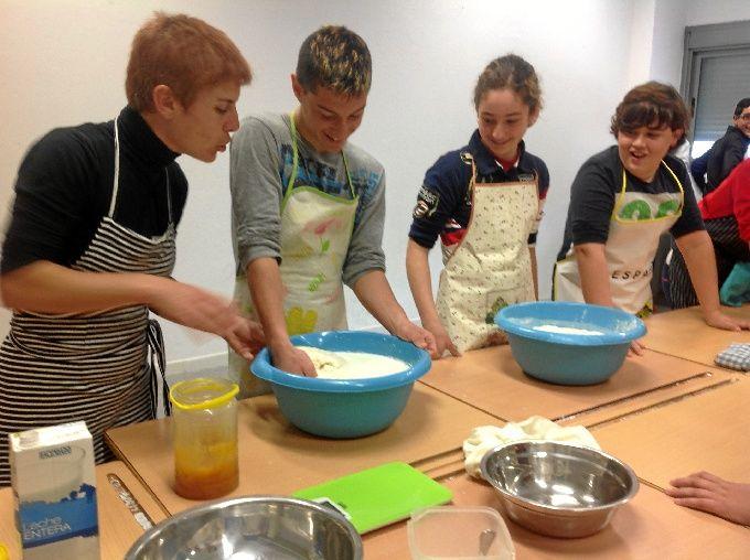 La profesora Isabel Fernández Becerra, a la izquierda, enseña a sus alumnos matemáticas a través de la receta del pan.