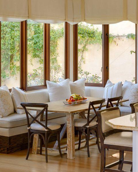 L planlı gruplar geniş mutfaklar için harika bir masa çözümüdür. Bu evde ise fazladan ortama güzellik katan büyük ve geniş pencereler ile eskitilmiş masa. Sabah kahvaltısı için harika bir ortam #dekorasyon #dekorasyonfikirleri # dekorasyonönerisi #mutfakdekor #mutfakdekorasyon #mutfakstyle #evdekorasyon #marifetix