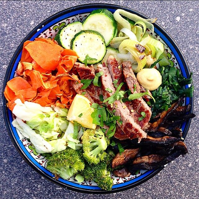 """A very green #iqs8wp Steak & 7 Veg-Abundance Bowl Style! Zucchini, sweet potato, leek, broccoli, mushrooms, english spinach & cabbage! Served with a…"""