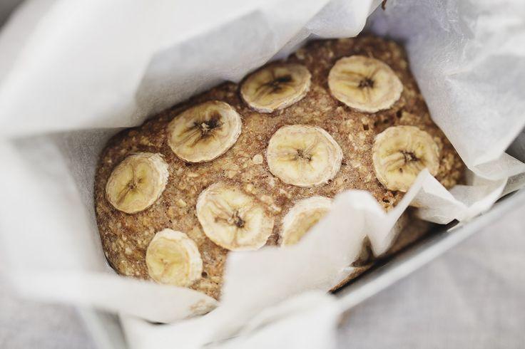 Sätt ugnen på 165° och plocka fram,  2st mosade bananer 2dl havregryn 1 ägg 3msk smält kokosolja 1/2 dl havremjölk 1/2 tsk bakpulver 1 msk honung Några stänk kanel Några stänk vaniljpulver En nypa salt