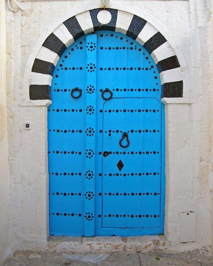 """#ARCHITECTURE Classé depuis 1915, le site surnommé le """"petit paradis blanc et bleu"""" combine l'architecture arabe et celle de l'Andalousie. Link in bio ----------------------------------- Inside the village, labyrinths of streets are drawn ... #blue #white #tunis #tunisie #architecturevernaculaire #archilover #village #storytelling #history #wall #door #windows #street #smallstreet #flower #green"""