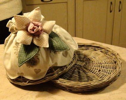 Porta torta in stile Country con decorazione floreale.