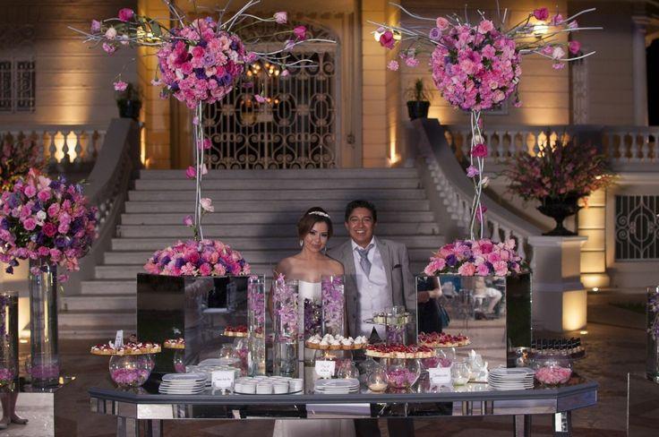 Mesa de dulces estilo moderno y elegante en tonos rosados y morados. Boda organizada por Six Sens en la Quinta Montes Molina en Yucatán.