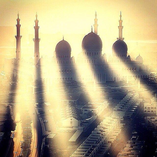 Sheikh Zayed Grand Mosque, Abu Dhabi, UAE. Photo courtesy of pindropchaos on Instagram.