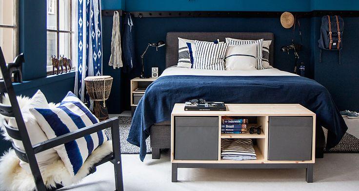 Mooie kleuren blauw - kapstok over hele breedte van de kamer