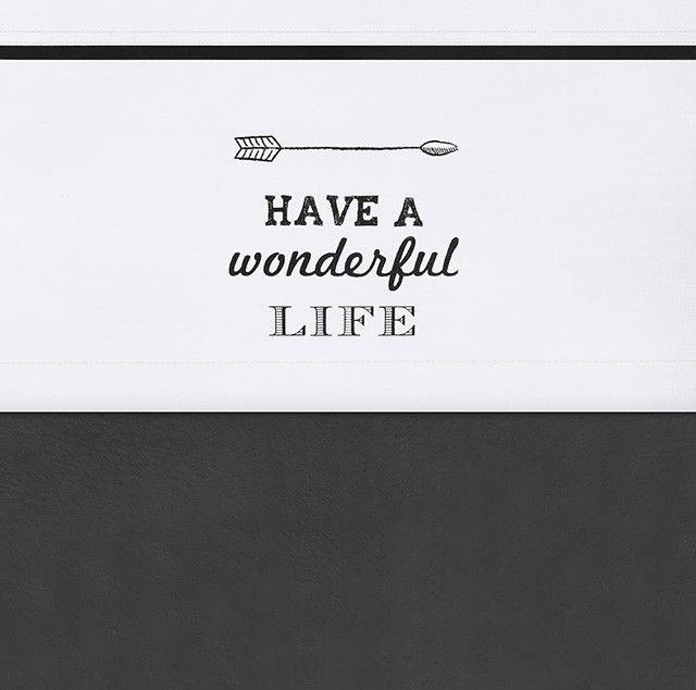 Wit laken met zwarte tekst, past leuk bij het tipitent thema, door de pijl.