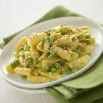 Scopri su Sale&Pepe la ricetta delle castellane con piselli alla crema di zafferano, un'originale versione della classica pasta con piselli e panna.