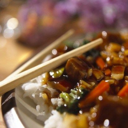 Курица терияки с чили, чесноком, зеленым луком и рисом