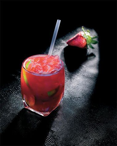 Bereiden:Snijd een zestal aardbeien in stukjes en doe ze in de blender. Knijp 1/4 citroen uit boven de aardbijen en voeg het suikerwater toe. Blend ze en houd de coulis apart.Doe de limoenpartjes samen met de rietsuiker in het glas en kneus met een muddler. Hou je hand op het glas zodat het limoensap niet opspat. Kneus tot het sap goed zichtbaar is. Voeg de wodka en 5cl aardbeiencoulis toe. vul op met gepileerd ijs en roer om. Serveer met een rietje