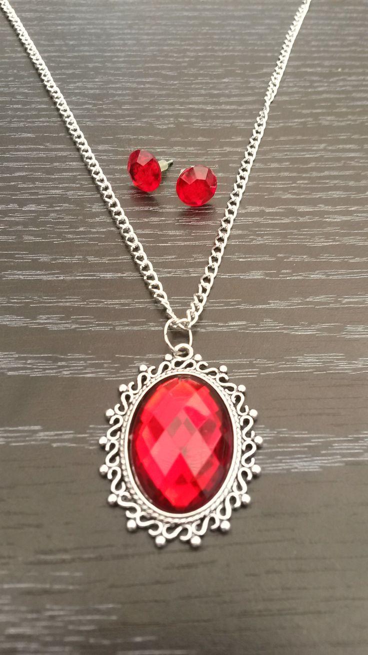 Halsketting met medaillon en facesteen in diep rood. Meerdere kleuren beschikbaar op: http://nl.dawanda.com/shop/Tracys-Jewels