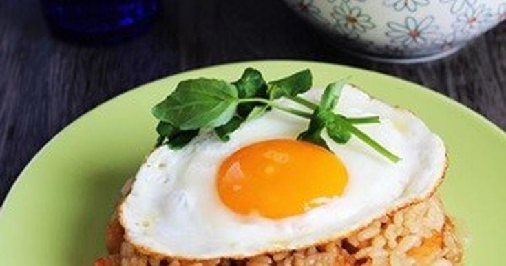 残ったご飯、冷蔵庫に残った野菜等を使って、簡単に出来るナシゴレン。サンバルが無くてもチリソースや豆板醤で本格派インドネシアの味のナシゴレンの出来上がり♪