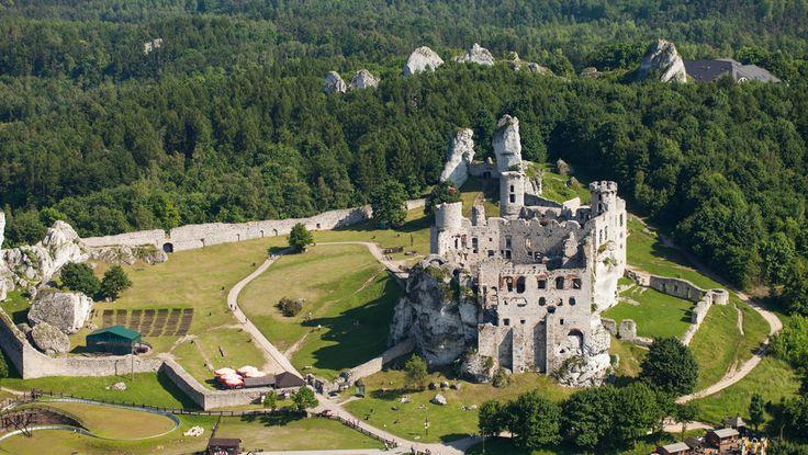 Polska - Ogrodzieniec - Nocą w pobliżu ruin średniowiecznego zamku Ogrodzieniec można się natknąć na upiora Czarnego Psa. Według przekazów ten ogromny, czarny zwierz ciągnie za sobą długi, brzęczący łańcuch, natomiast oczy jego płoną żywym ogniem. Legenda głosi, że tak pokutuje kasztelan Stanisław Warszycki, który na zewnętrznym dziedzińcu zamku urządził grotę, gdzie torturowano opornych poddanych.