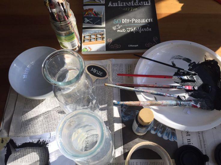 Last-Minute-Weihnachtsgeschenk: Tassen, Schalen und Gläser mit Tafelfarbe bemalen – Projekt aus dem Buch «Ankreiden!»