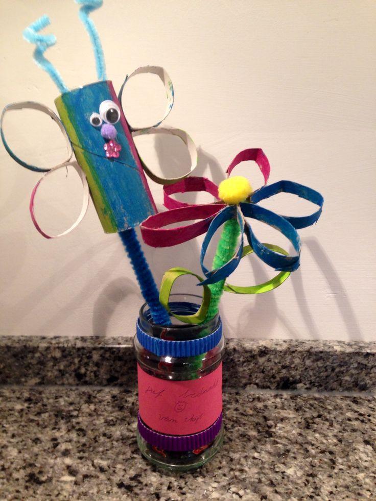 Bedankje juf Thijs: pot voor pennen met bloem en vlinder erin en paar mini marsjes