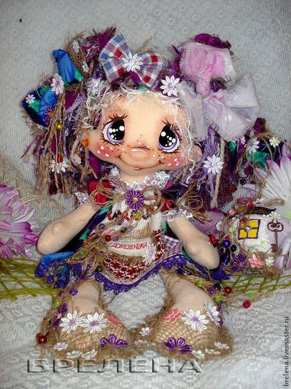 Купить или заказать Текстильная кукла Домовушка Сиреневые глазки. в интернет-магазине на Ярмарке Мастеров. Интерьерная кукла -оберег , забавная и милая домовушка в уютном лоскутном платьице - хранительница семейного очага , мира и спокойствия . В руках куклы символ Вашего ДОМА - маленький домик счастья с заветным ключиком от него. Кукла Домовушка - это пожелание добра, любви, счастья и достатка Вам и Вашему дому . Это чудесный подарок на все случаи жизни.