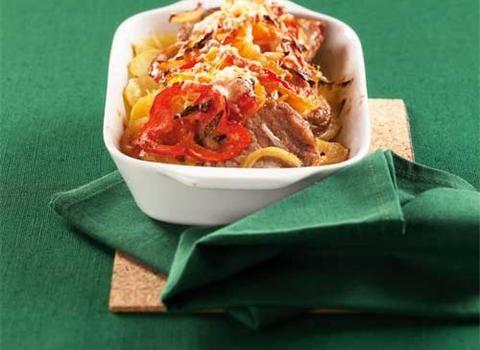 Zapečené telecí plátky s bramborami zasypané zeleninou a sýrem můžete servírovat na stůl za hodinu, ale půl hodiny za vás obstará trouba. Nachystejte kromě masa strouhaný čedar, smetanu, lilek a barevné papriky a samozřejmě cibuli s česnekem.