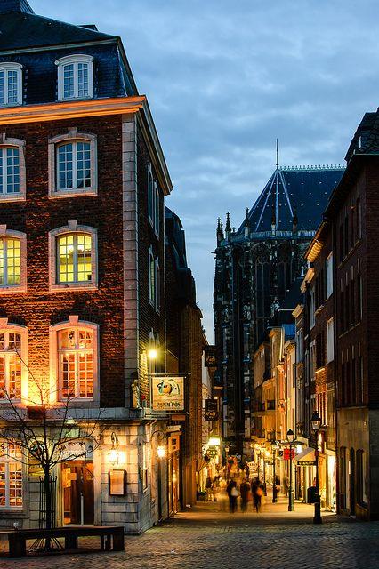Weg vom Markt zum Münsterplatz in Aachen. So sieht's aus, wenn man abends noch in der Innenstadt bummeln geht.