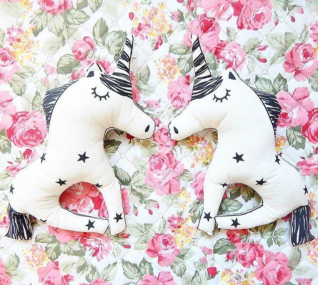 🦄🦄U N I C O R N I O S🦄🦄 💕💕Amor a primera vista!💕💕 🌈🌈Almohadón/muñe de lienzo con serigrafía🌈🌈 ☄☄☄Un regalo mágico para los más peques de la flia! 💞Comprá online y recibilo en casa. Envío gratis a zona centro, sur y Nva Cba. 💞Ventas por mayor y menor. 💞Envíos a todo el mundo!  #chichebombon #deco #decoracion #decobaby #babyroom #apego #decokids #unicornio #unicorn #magia #almohadones #muñecosdetela