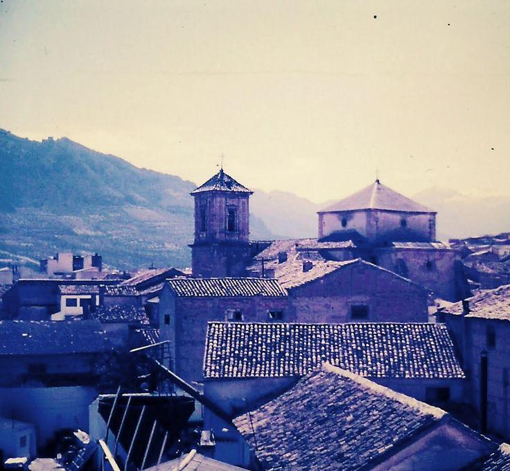 Vista de la Iglesia de la Asunción de Jódar antes de su restauración y del molino de aceite de Los Curillas (desaparecido). Finales de los 80 del s. XIX. Foto: Juan Carlos Gómez Vargas.